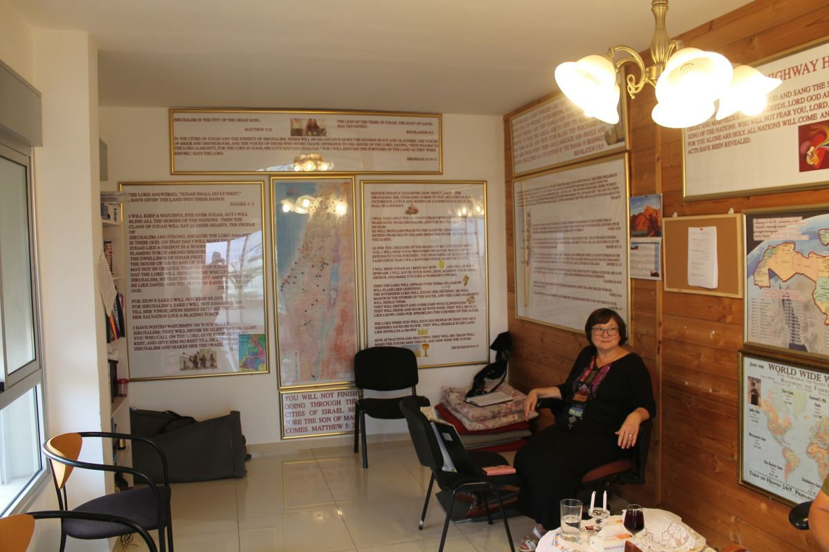 Alena v modlitební místnosti v Eilatu