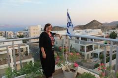 Alena na balkóně modlitebního domu v Eilatu