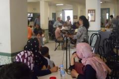 Afgánské ženy se zájmem naslouchají programu