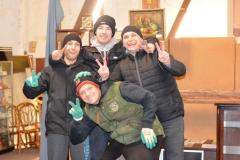Petr (vpravo) s členy komunity v dobročinném obchodu